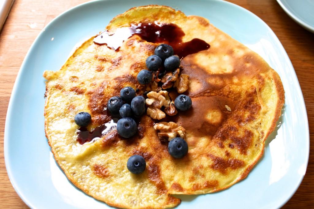 Pannekaker med blåbær, blåbærsirup og valnøtter